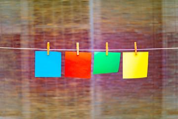 木製の洗濯バサミで吊るした色紙が風に揺れている