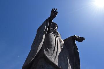 牛久大仏 / 牛久大仏(うしくだいぶつ)は、茨城県牛久市にあるブロンズ(青銅)製大仏立像で全高120mあり、立像の高さでは世界で4番目、ブロンズ立像としては世界最大でギネスブックに登録されています。