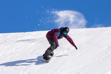 Fototapete - Snowboarder in azione su pista con neve fresca
