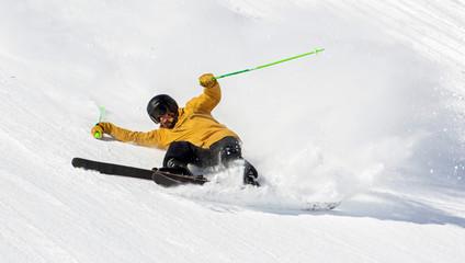 caduta con gli sci su pista