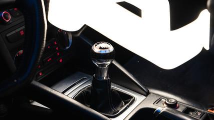 pommeau de vitesse d'une voiture de sport
