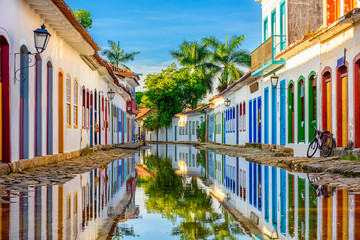 Fototapeten Brasilien Street of historical center in Paraty, Rio de Janeiro, Brazil. Paraty is a preserved Portuguese colonial and Brazilian Imperial municipality