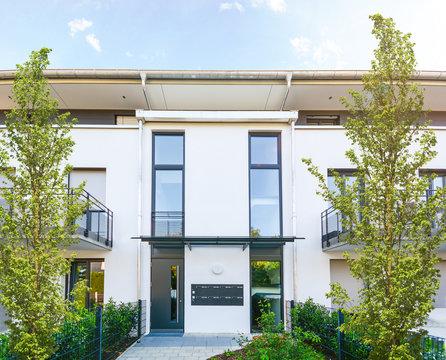 Moderne Neubau Immobilien, Eingang zu Mehrfamilienhaus in neuer Wohnanlage in der Stadt