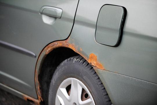 voiture avec de la rouille