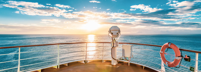 Photo sur Aluminium Mer coucher du soleil Summer cruise vacation concept. Panoramic view of the sea with a beautiful sunset just above the horizon.