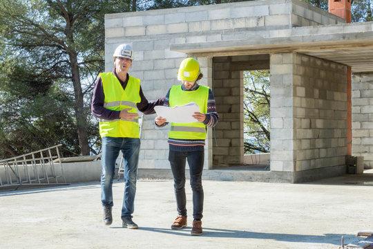 Formation aux métiers du bâtiment, Contremaître et son apprenti durant une visite de chantier