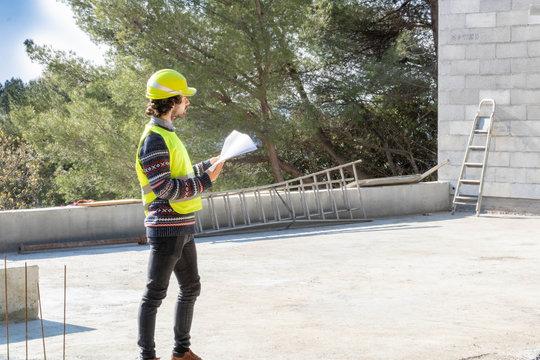 Formation en bâtiment, visite de chantier, apprenti ingénieur sur un chantier de maison en construction
