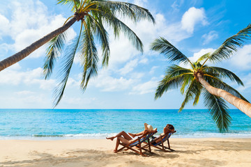 Poster de jardin Detente Couple relax on the beach enjoying beautiful sea on the tropical island