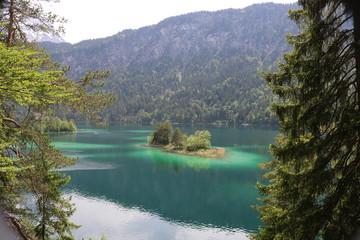 Die fantastischen Farben des Eibsees, in einer atemberaubenen Kulisse. Grainau , Bayern ,...