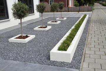 Foto auf Acrylglas Dunkelgrau ein moderner Vorgarten