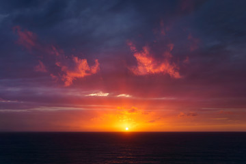 Photo sur Aluminium Aubergine beautiful red dusk over the sea with sun rays