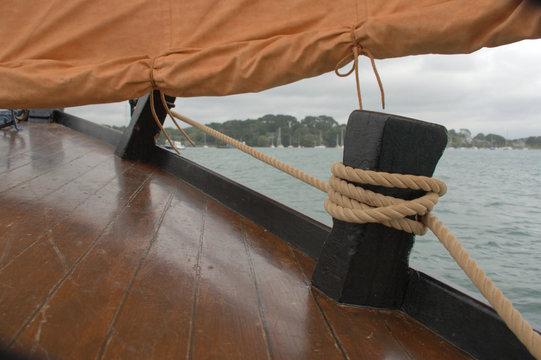 mât et voile de bateau de pêche en bois  ,détail