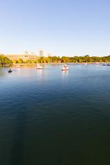 ボートが浮かぶ大濠公園