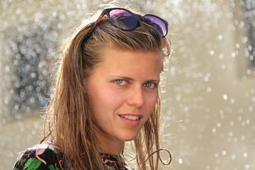 Sommerregen: Portrait Jugendliche mit Sonnenbrille im Regen