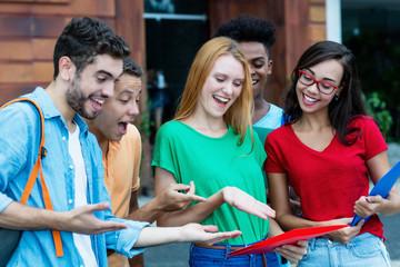 Jugendliche voller Freude nach der Klausur
