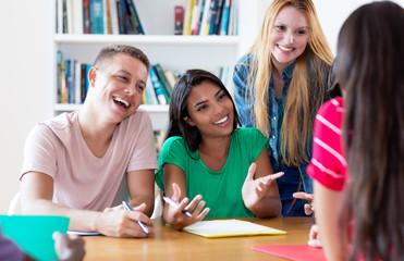 Deutsche und südamerikanische Studenten beim Lernen