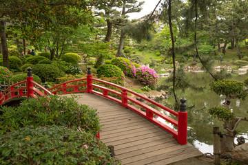 Rote Brücke im Shukkei-en Garten in Hiroshima