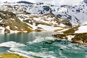 Valmalenco (IT) - Disgelo primaverile al laghetto di Campagneda - pescatore