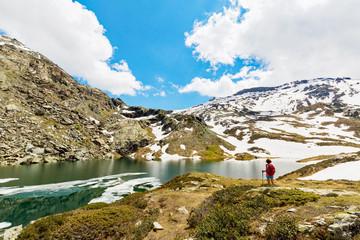 Passeggiata in alta montagna in primavera