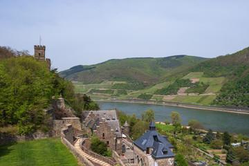 Blick auf den Rhein mit der Burg Reichenstein im Vordergrund