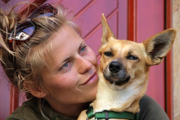 Portrait: Jugendliche mit Hund odd-eyed