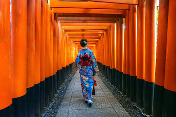 Wall Mural - Asian women in traditional japanese kimonos at Fushimi Inari Shrine in Kyoto, Japan.