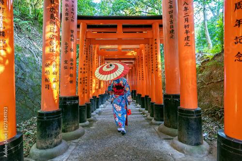 Wall mural Asian women in traditional japanese kimonos at Fushimi Inari Shrine in Kyoto, Japan.