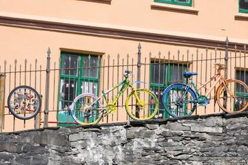 Farbige Fahrräder am Zaun