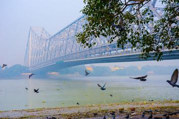 Howrah bridge on river Ganges in kolkata city Papier Peint