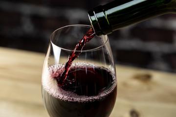 赤ワインを注ぎ入れる