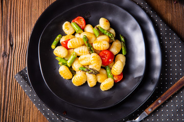 crispy gnocchi with roasted asparagus and tomatoes