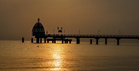 Die Seebrücke Zinnowitz mit der Tauchglocke im Licht der aufgehenden Morgensonne