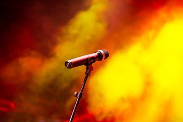 Mikrophon vor orangem Licht