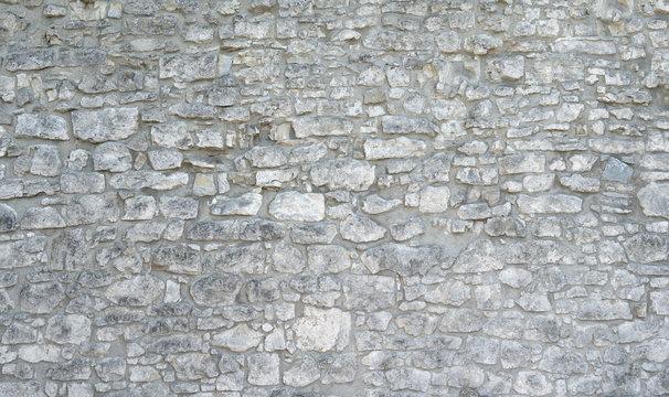 Sehr alte Steinmauer aus vielen grauen groben Natursteinen