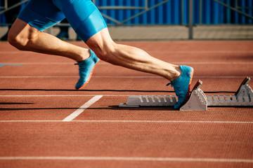 Estores personalizados esportes com sua foto feet runner sprinter fast start to run from starting blocks.