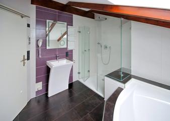 ein modernes helles Badezimmer - a modern bright bathroom