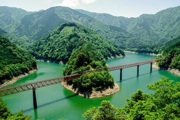 Papiers peints Vert 接岨湖の鉄橋を渡る列車