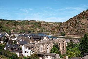 Blick auf Oberwesel am Rhein mit der Klosterruine im Vordergrund