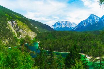 Die deutsche Zugspitze im Hinterrgrund und im Vordergrund der sagenhafte Blindsee. Umrahmt von den Tiroler Alpen in Österreich.