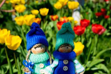Püppchen im Blumenfeld