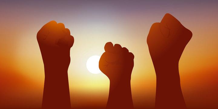 Concept de la manifestation et de l'expression du mécontentement du peuple, avec des poings levés en signe d'opposition à un choix politique.