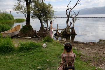 Yan Mengjie poses for photos near Erhai Lake in Dali