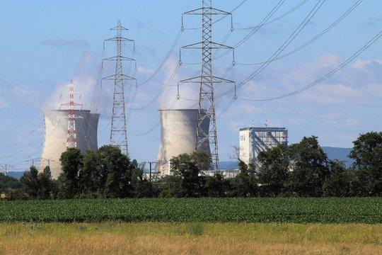 Centrale nucléaire du Bugey - Ville de Saint Vulbas - Département de l'Ain - France - Vue avec les pylônes haute tension en premier plan