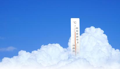 寒暖計と真夏の空(入道雲の背景)