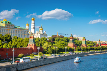 Fototapete - Moscow Kremlin in summer, Russia. Famous Moscow Kremlin is a top tourist attraction of city. Scenic view of the old Moscow landmark on embankment of Moskva River. Urban landscape of the Moscow center.