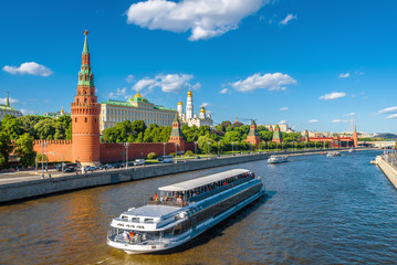 Fototapete - Moscow center in summer, Russia. Famous Moscow Kremlin is a top tourist attraction of city. Scenic view of the Moscow landmark and ship on Moskva River. Concept of travel and vacation in Moscow.