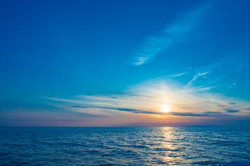 初夏の玄界灘の朝日