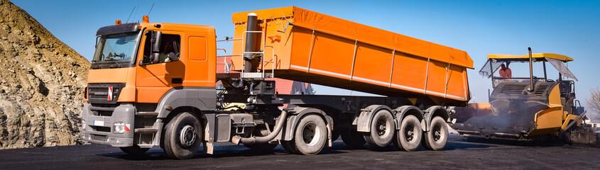 LKW-Kipper bei einer Straßenbaustelle