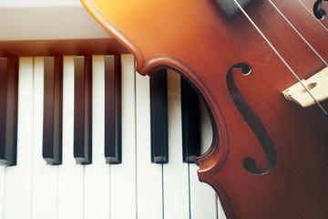 Violin on piano keyboard ,top view Fototapete