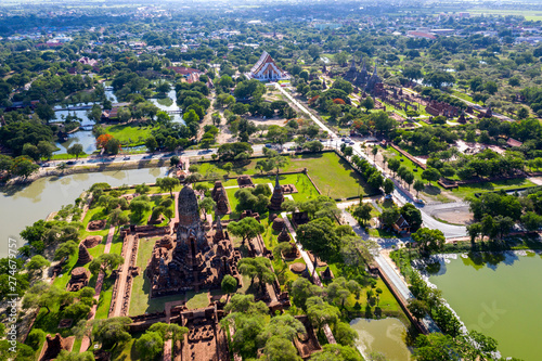 Wall mural Aerial view of Ayutthaya Historical Park and old temple in Aytthaya , Thailand.